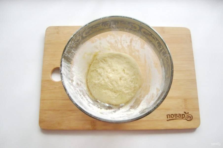 Замесите достаточно крутое и эластичное тесто.