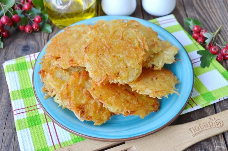 Снимайте драники со сковороды на бумажное полотенце, потом на тарелочку. Подавайте горячими со сметаной, приятного аппетита!