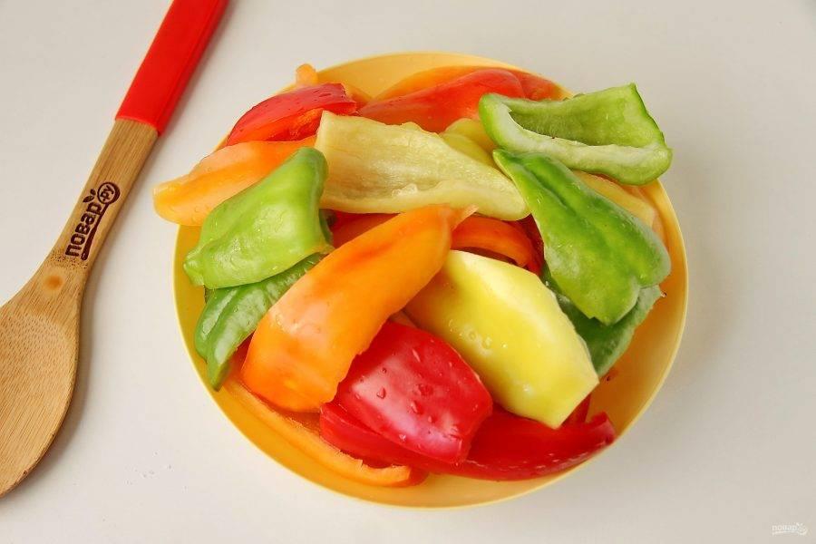 Перцы помойте, удалите семена и разрежьте на 4 части.