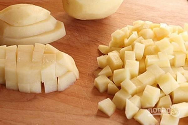 Очистим картофель, нарежем его небольшими кубиками.