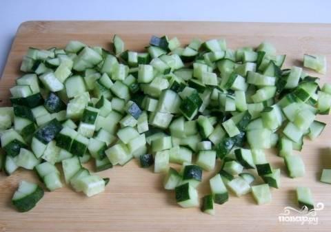 Огурец помойте и нарежьте кубиками. Лук и укроп промойте и измельчите. Все ингредиенты полностью охладите в холодильнике по отдельности.
