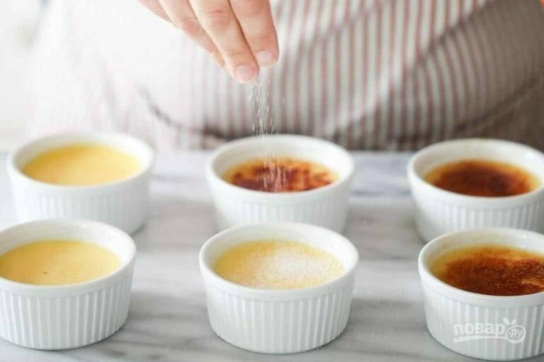 10.Остудите крем-брюле в холодной воде в течение 15 минут. Посыпьте каждую форму оставшимся сахаром.