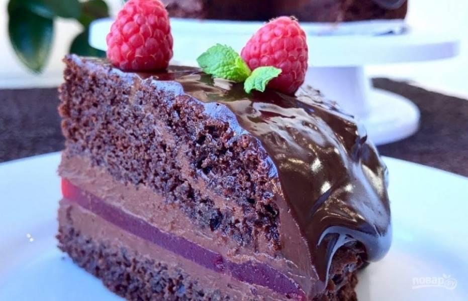 10. Придавите торт тарелкой и отправьте в холодильник на ночь. Шоколад и сливки смешайте, разогрейте, перемешайте до однородности. Покройте торт ганашем и украсьте ягодами. Приятного аппетита!