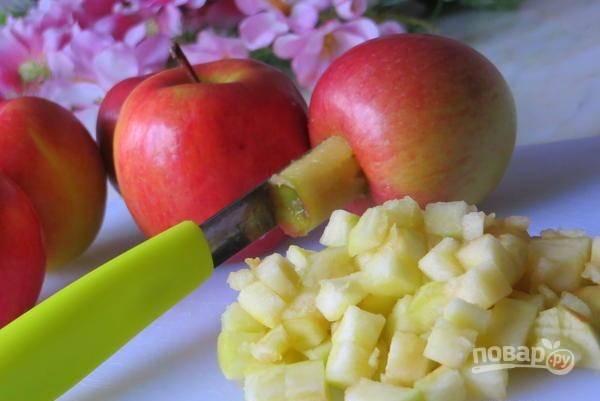 Яблоки помойте. Удалите кожуру, семена и сердцевину. Нарежьте четвертинками, а затем кубиками.