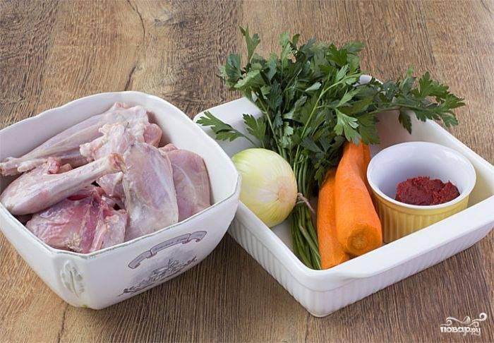 Для начала подготовьте все ингредиенты. Кроля разделайте топориком на небольшие кусочки, помойте и обсушите. Зелень вымойте, лук с морковкой очистите. Вместо сливок можно взять жирную сметану, а молоко вы можете заменить обыкновенной кипяченой водой.