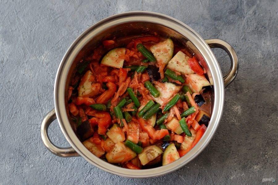 На дно кастрюли налейте растительное масло. Разогрейте на среднем огне. Добавьте все овощи, перец горошком, соль и сахар. Перемешайте. Накройте крышкой, доведите до кипения и тушите на медленном огне 35-40 минут.