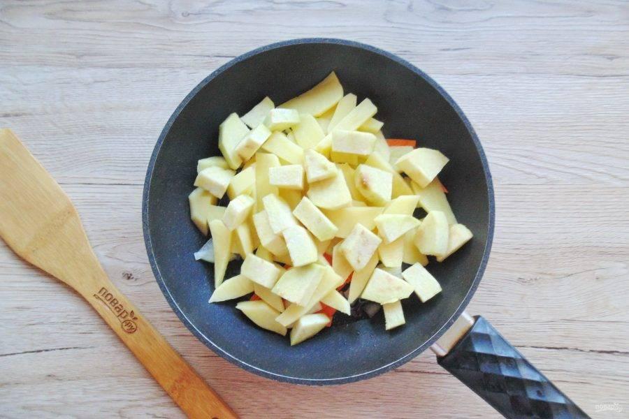 Добавьте в сковороду очищенный и мелко нарезанный баклажан. Посолите и поперчите по вкусу.
