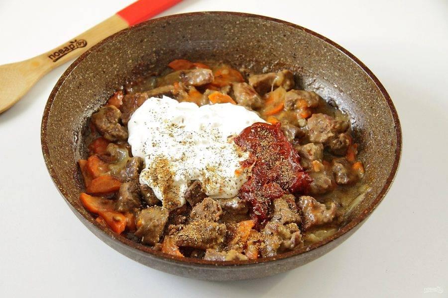 Затем добавьте сметану, томатную пасту, соль и специи. Перемешайте и продолжайте тушить говядину еще около 30 минут. По желанию можно добавить еще немного воды, если предпочитаете мясо в соусе.