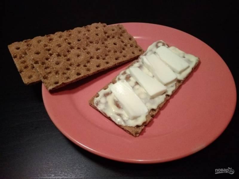 3. Затем выложите кусочки сыра.