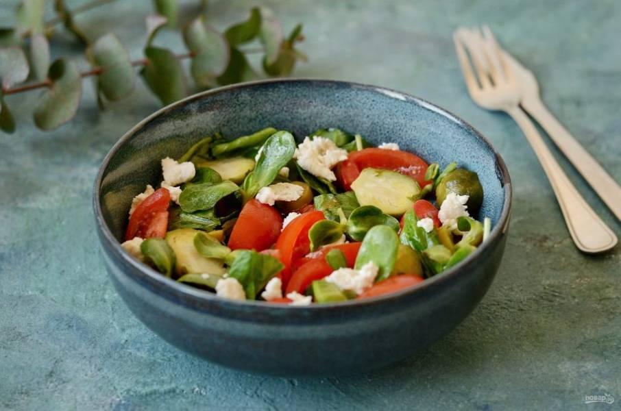 Салат с брюссельской капустой и помидорами готов, приятного аппетита!
