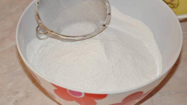 2. Муку просеять с солью и содой (можно использовать разрыхлитель). Постепенно соединить ингредиенты, замешивая тесто.