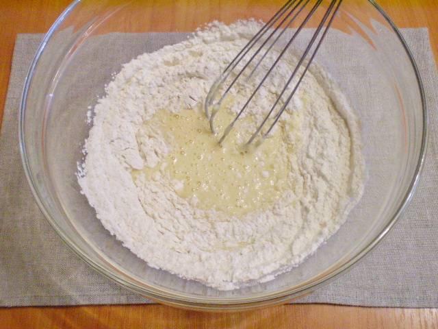 Следом добавляем в ту же миску муку, а также — несколько капель барбарисовое эссенции (для тонкого аромата). Перемешиваем.