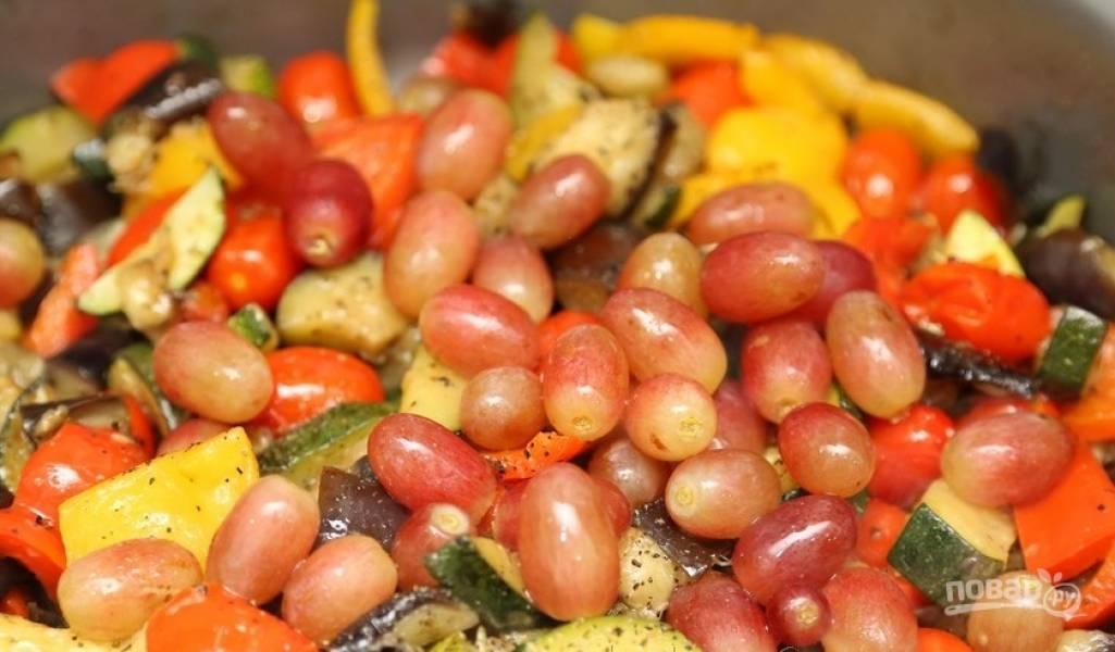 Потом добавьте помидоры кусочками. Перемешайте и готовьте ещё 2 минуты. В конце добавьте виноград.
