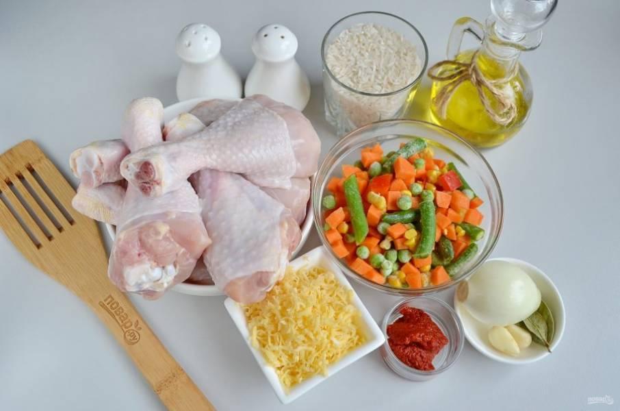 Подготовьте продукты, приступим! Куриные голени тщательно вымойте, удалите остатки перьев, снимите ножом желтенькую кожу с суставов.