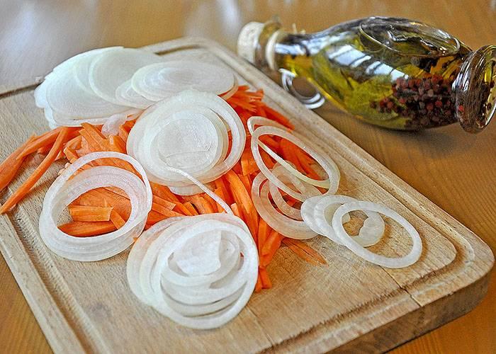 Пока щука маринуется, мы очищаем овощи, морковь режем соломкой, а репчатый лук кольцами. Обжариваем овощи по отдельности на небольшом количестве масла до золотистого цвета, не забываем их немного посолить и приправить специями.