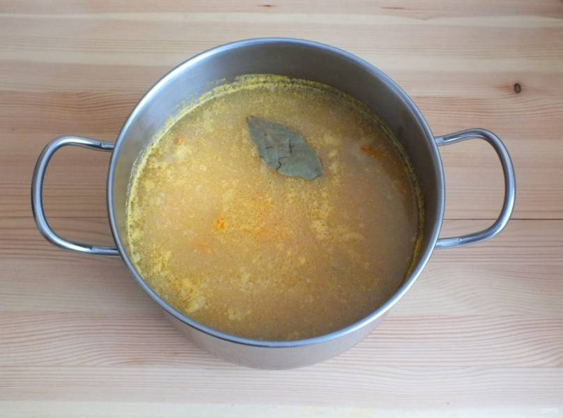 Когда овощи буду готовы добавьте пюрированный горох, кусочки мяса утки и лавровый лист, посолите. Варите до закипания, после помешивая держите на огне в течение 5 минут при медленном кипении.