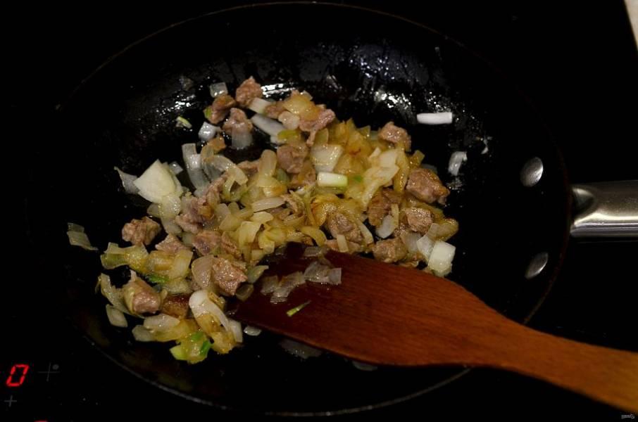 Обжарьте мясо с луком с добавлением масла в течение 7 минут.