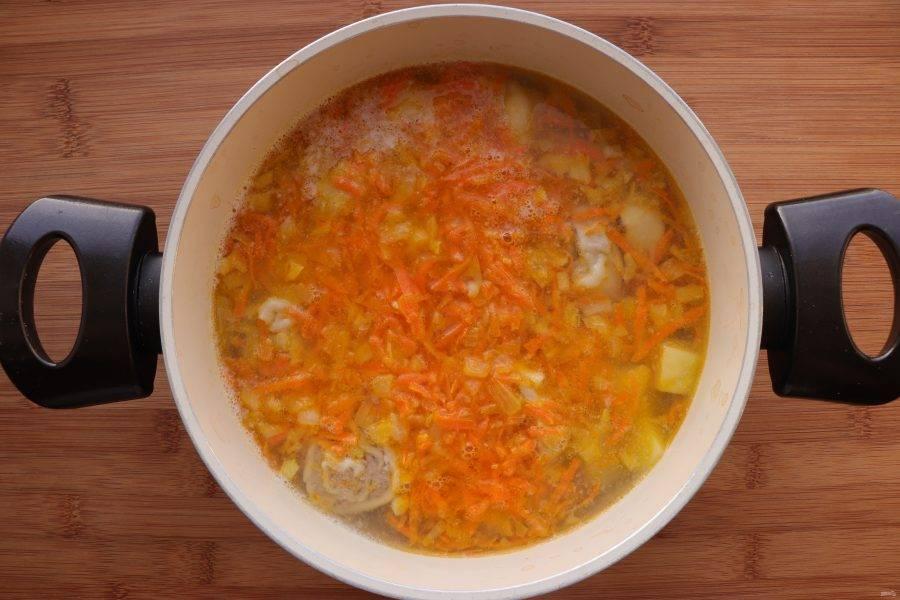 Обжаренные овощи добавьте в суп. Готовьте еще 2-3 минуты.