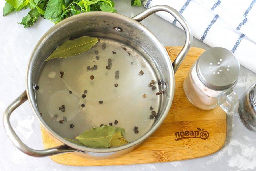 Влейте воду, масло и уксус. Поместите кастрюлю на плиту и доведите маринад до кипения. Выключите нагрев.
