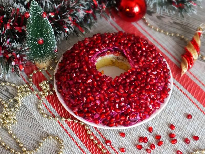 """Салат """"Гранатовый браслет"""" с черносливом и грецким орехом"""