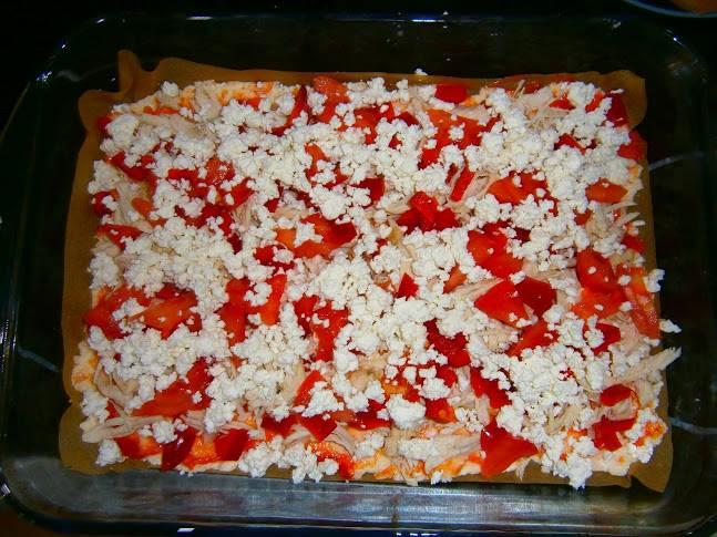 Выкладываем на тесто отварную курицу, разделенную на волокна и овощи. Присыпаем рассыпчатым творогом и специями. Накрываем пиццу фольгой и запекаем в духовке 35 минут, температура 200 градусов. Снимаем фольгу и выпекаем еще 10 минут, снизив температуру до 150 градусов.