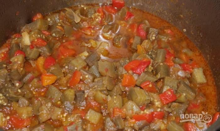 9.Далее влейте в кастрюлю уксус, добавьте измельченный чеснок и чили, по вкусу соль, сахарный песок. С помощью блендера измельчите икру, тушите еще 5 минут.