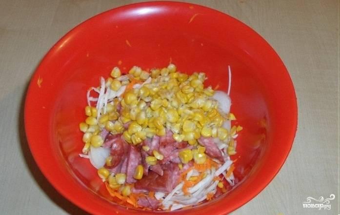 5.Открываем банку консервированной кукурузы, сливаем водичку и добавляем в миску к остальным ингредиентам.
