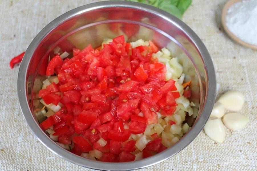 Помидоры режем мелко. К овощам добавляем только плотную часть помидора.