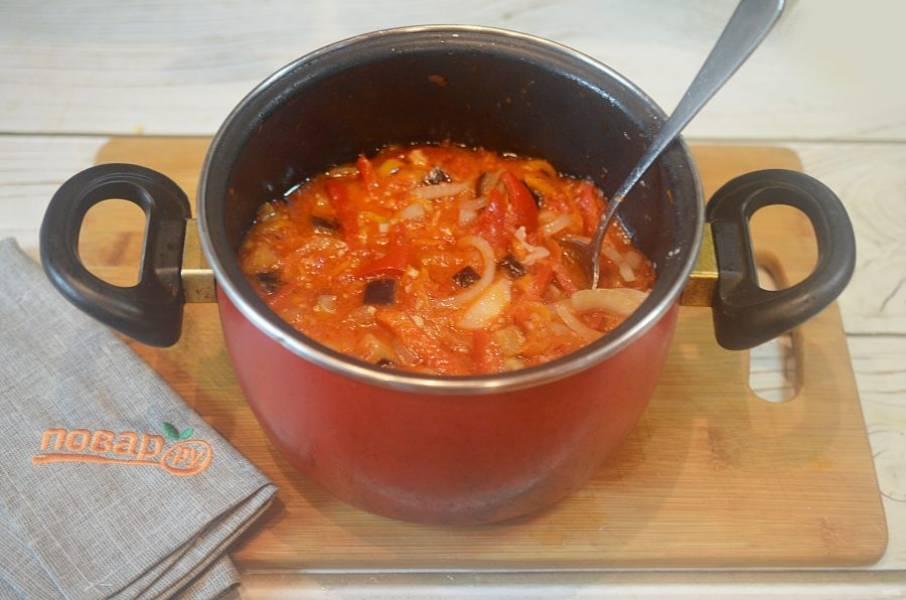 7. В кастрюлю добавьте перец и баклажан. Тушите минут 20. Затем добавьте лук и чеснок, посолите, поперчите, добавьте уксус и тушите еще минут 10.