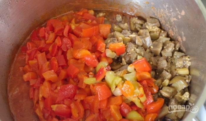 8.К луку и томатному пюре добавьте печеные баклажаны и перцы, после закипания тушите 30 минут.
