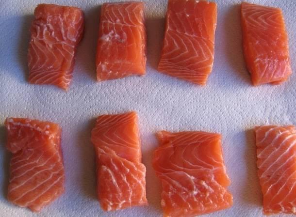 Филе лосося нарежьте на небольшие куски.