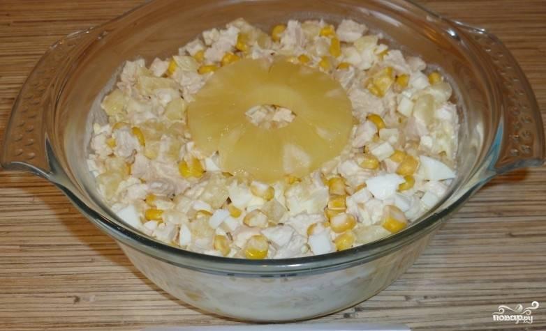 Посолите салат по вкусу, добавьте по желанию молотый перец. Заправьте блюдо майонезом и посолите. Салат готов!
