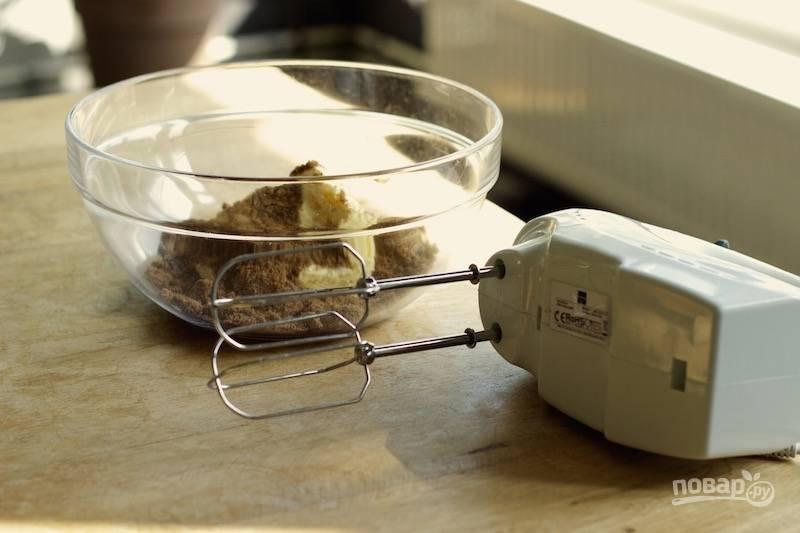 3. В глубокую мисочку отправьте два вида сахара и размягченное сливочное масло. Взбейте миксером.