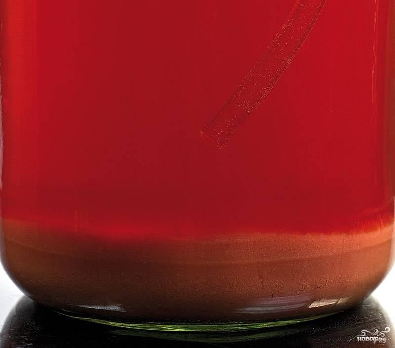 5. По истечении 5-7 недель основное брожение прекратится, сусло осветлится, а на дне появится густой осадок. Вы получили молодое клубничное вино, слейте его с осадка через трубочку.