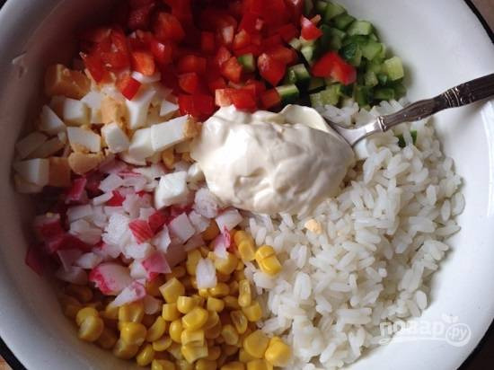 Все ингредиенты у нас в миске. Открываем баночку кукурузы, сливаем с нее сок и добавляем в миску. Посыпаем солью, перцем, добавим майонез и перемешаем.