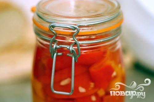 3. Нарезать перец на полоски и выложить в большую миску или контейнер. Залить маринад и добавить измельченный чеснок. Накрыть крышкой и поставить в холодильник на один день.