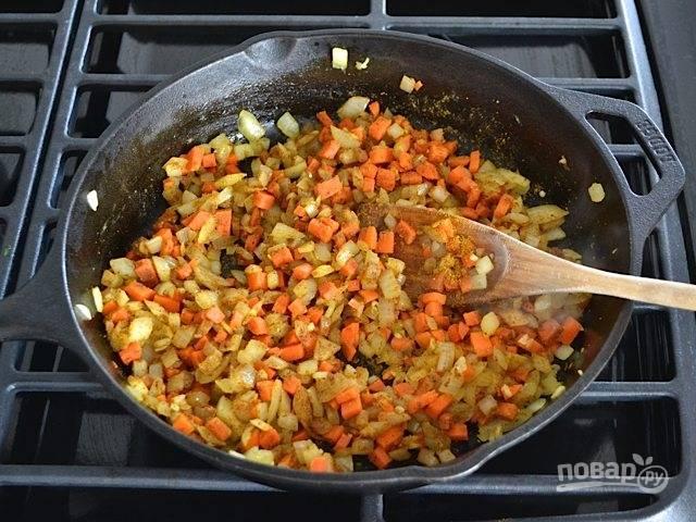 3.Добавьте в сковороду карри, перемешайте хорошенько и посолите, поперчите.