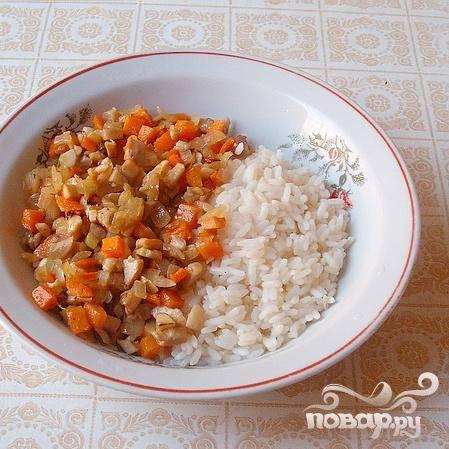 3.В сковороде на подогретом подсолнечном масле до прозрачности спассируем лук. Добавляем грибы и морковь, тушим, периодически помешиваем минут пятнадцать. До полуготовности, параллельно, отвариваем рис.
