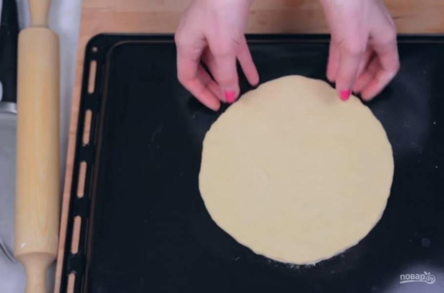 3. Раскатайте тесто в тонкий пласт и переложите его на противень. Выпекайте в течение 10-15 минут в разогретой до 180 градусов духовке.