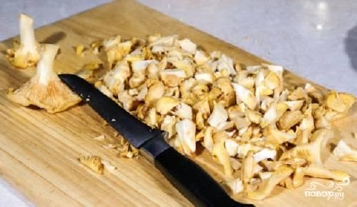 Промойте лисички, нарежьте их пластинками. Если вы используете мелкие грибы, лучше оставьте их целиком, так соус получится более текстурным.