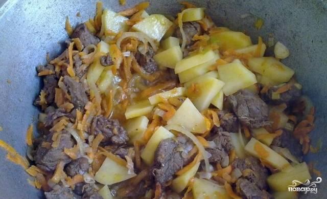 Нарезаем картофель так как вам нравится, но не советую слишком крупно, и так же отправляем в казан. Тушим 5-7 минут.