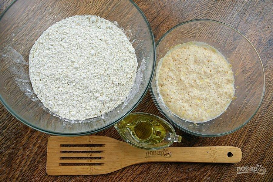 Подготовьте продукты для теста. В теплом молоке растворите дрожжи и сахар. Поставьте в теплое место на 10 минут. Муку и соль просейте в глубокую миску.