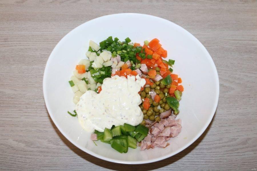 Добавьте заправку в салат.