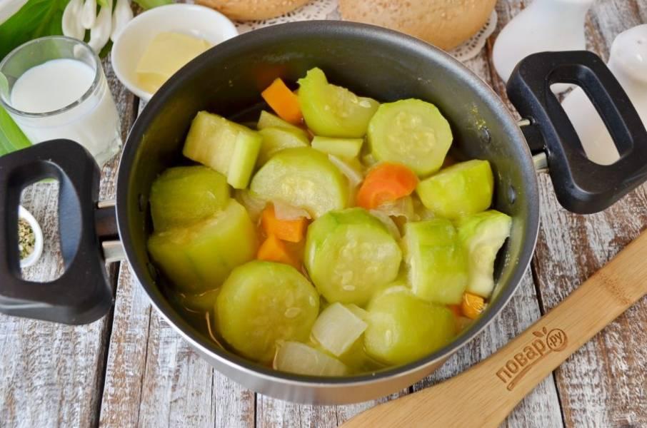 Варите овощи при среднем кипении до мягкости, у меня ушло 25 минут. Жидкость примерно наполовину выкипит. Слейте ее в стаканчик, она еще пригодится.