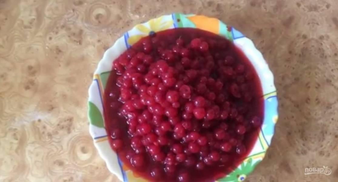1. Разморозьте ягоды смородины и переберите. Пересыпьте смородину в кастрюлю и добавьте сахар.
