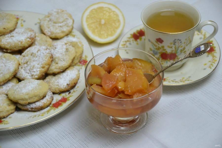 Пить чай с таким вареньем одно наслаждение, к  тому же, благодаря высокому содержанию пектина, кусочки фруктов похожи на натуральный мармелад, никакие конфеты не нужны.