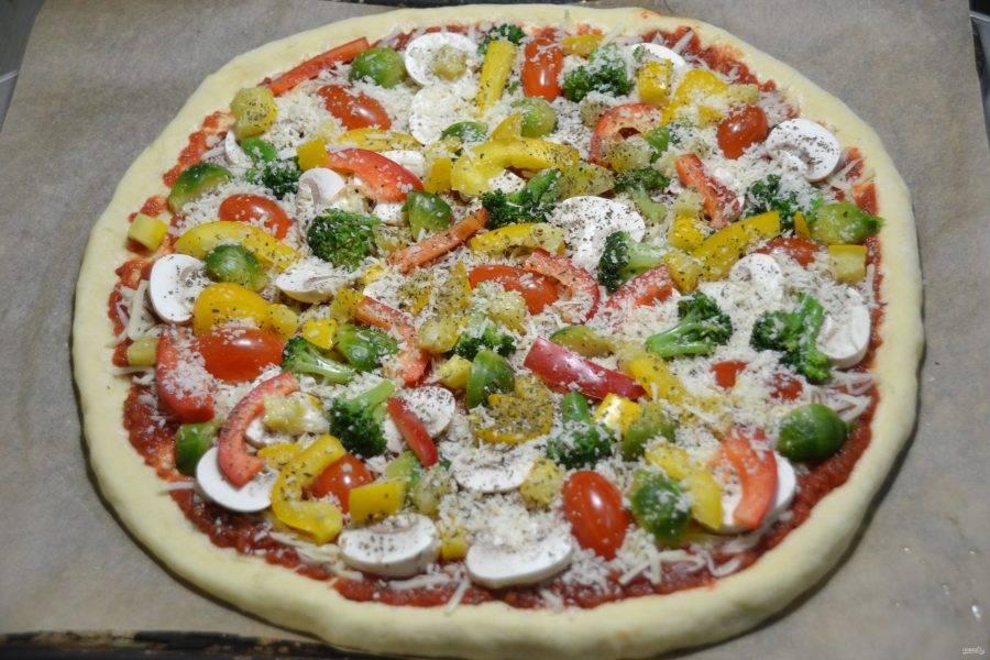 Щедро посыпьте пиццу пармезаном.