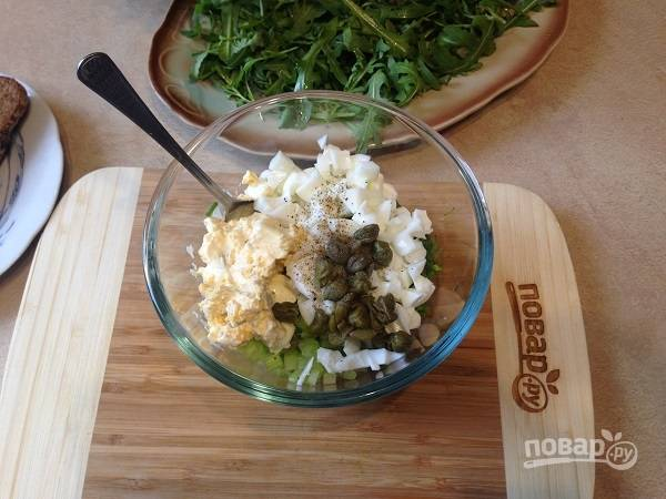 6. Все подготовленные ингредиенты выложим в салатник, добавим соль и перец по вкусу. Можно добавить щепотку молотой паприки. Перемешиваем.