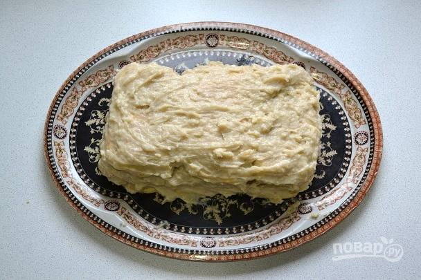 И тщательно промазывайте кремом. После сборки торта промажьте кремом бортики.