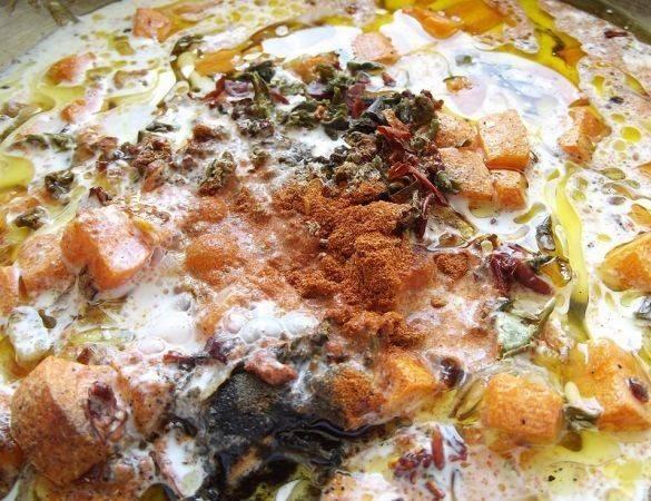 Помидоры очищаем от кожуры и нарезаем небольшими кубиками, добавляем к мясу, тушим минуты 3-4. Затем добавляем обжаренные овощи к мясу, добавляем сметану и специи. Готовим на маленьком огне минут 10.